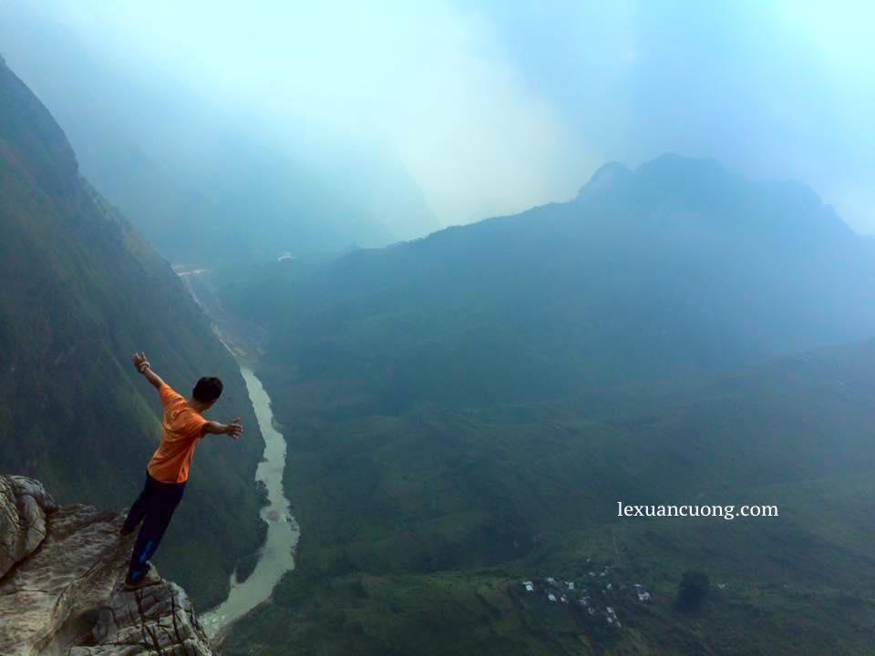 Sông Nho Quế chạy dọc đèo Mã Pí Lèng trên đường phượt Hà Giang