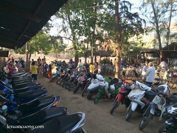 Bãi tắm ở Phan Rí Cửa, sáng nay xôn xao vì 1 em bé lạc mất mẹ.