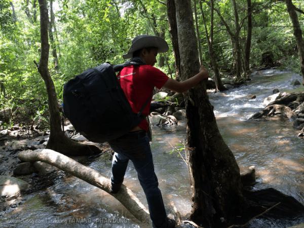 Qua cầu và tiếp tục tiến vào rừng Phan Dũng, toạ độ là: 11.449, 108.604