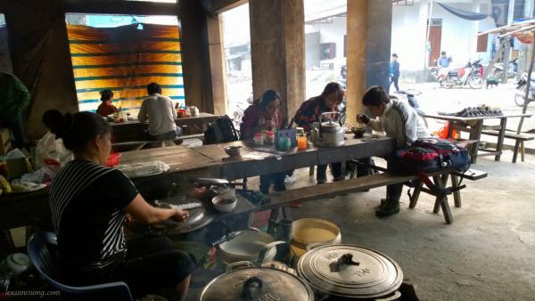 Ăn sáng ở chợ Pò Tấu, Cao Bằng.