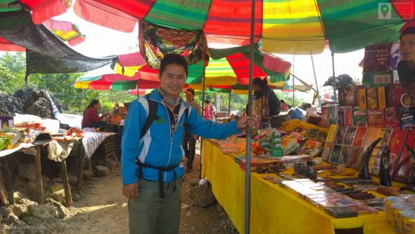 Chợ biên giới ở gần thác Bản Giốc.