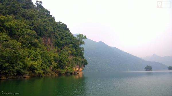 Hồ Ba Bể, Bắc Kạn rất đẹp. Nhớ thuê thuyền đi dạo và tắm ở trên hồ.