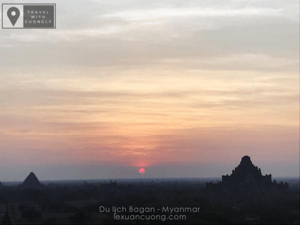 Mặt trời ửng đỏ phía xa, những tia nắng xuyên qua từng lớp đền đài Bagan