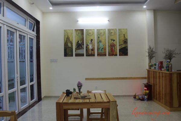 Phòng khách 4 quarters Đà Lạt Homestay được thiết kế đơn giản.