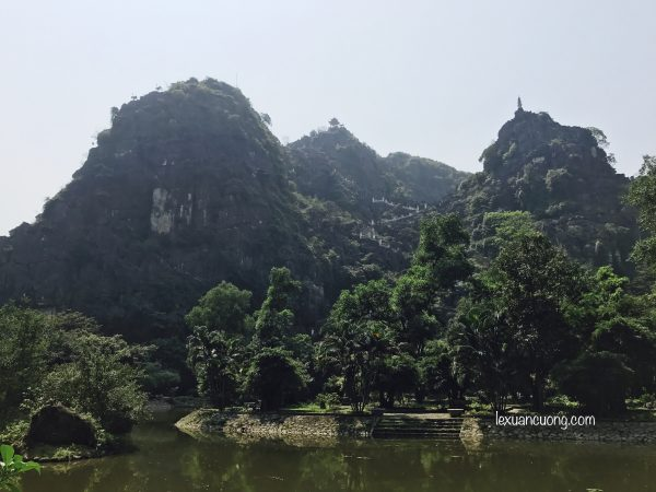 Núi Ngoạ Long nhìn từ phía xa.