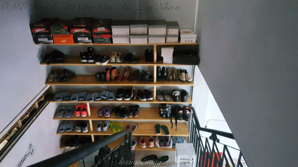 Khu vực để giày dép, bạn phải chuyển qua sử dụng đôi dép trong nhà khi đi lại trong OME nhé