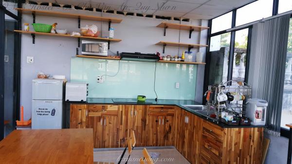 Bếp của OME Hostel, có sẵn trà và cà phê cho bạn để sử dụng miễn phí.