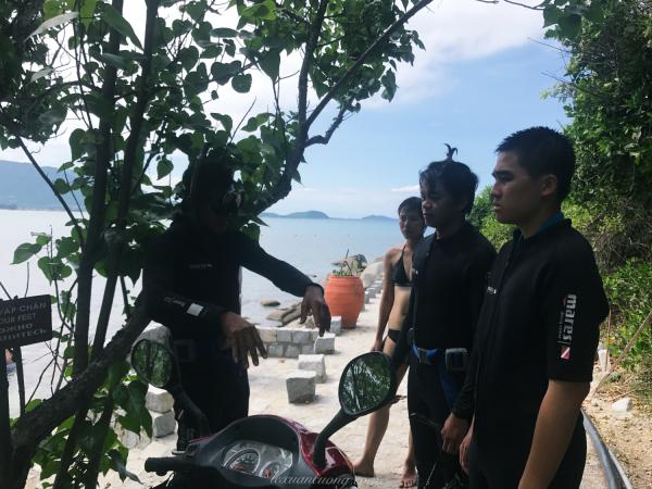 Chú Dung hướng dẫn lặn san hô tại Ghềnh Nhảy