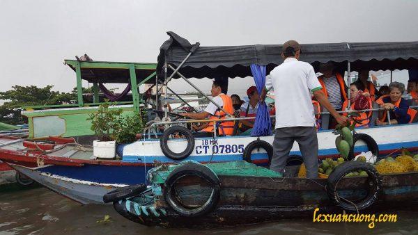 Ghe trái cây tại chợ nổi Cái Răng đang bán xoài cho khách du lịch.