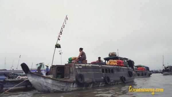 Những chiếc thuyền chở đồ ra chợ ở Cái Răng.