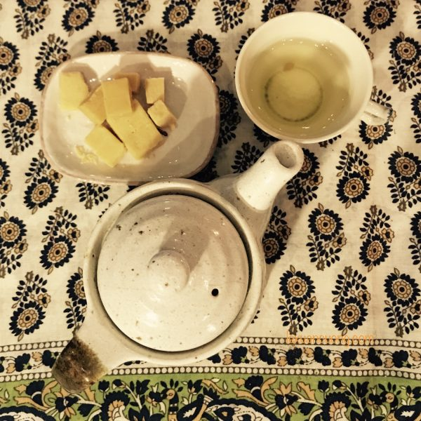 Cốc trà kèm viên bánh đậu xanh giữa không gian vintage của Labata
