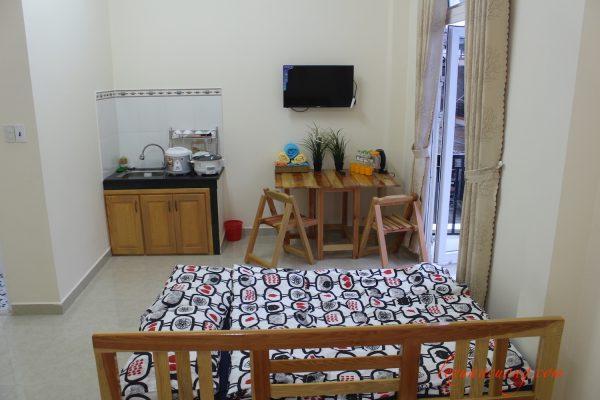 Bàn nhỏ trong phòng studio - 4 quarters homestay Đà Lạt. Nơi có thể ngồi làm việc hay uống trà.
