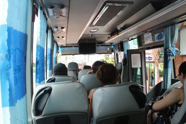 Khách du lịch nước ngoài thường lựa chọn di chuyển bằng xe của The Sinh Tourist