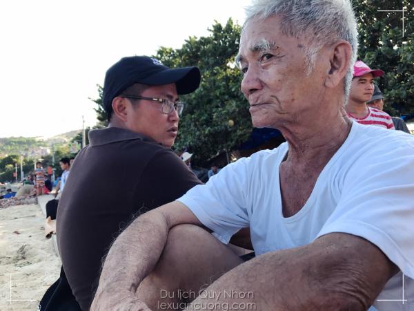 Trò chuyện cùng cụ ông hơn 80 tuổi tại làng chài xã Nhơn Lý