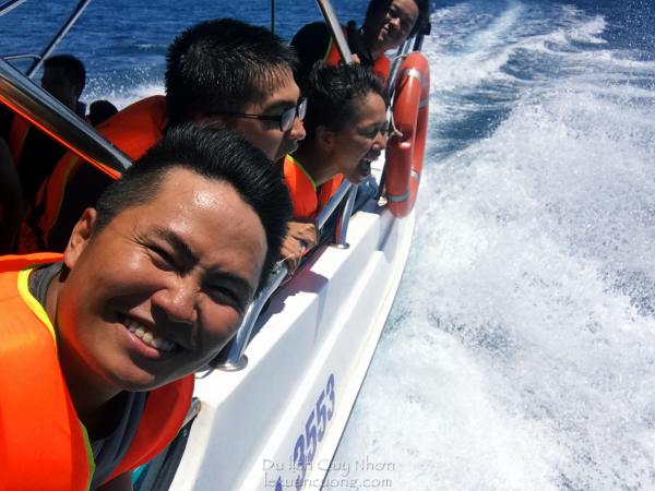 Cano lướt sóng với tốc độ cực cao về bãi biển Kỳ Co