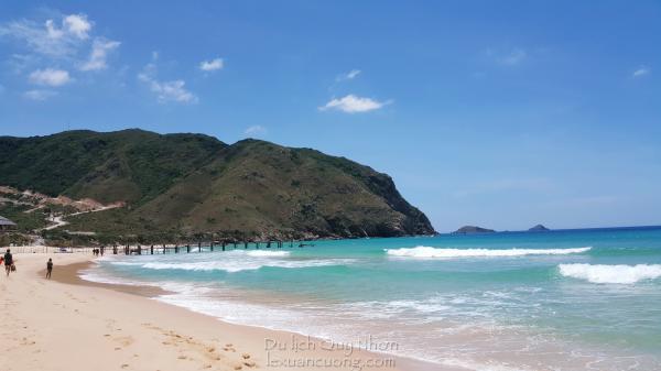 Hôm nay biển Kỳ Co nhiều sóng và trời nắng nên bã cát và nước khá đẹp