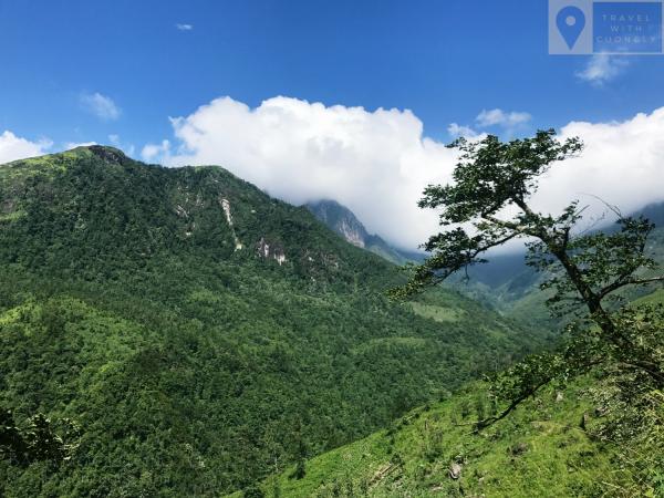 Những đỉnh núi đắm chìm trong mây trên đường leo Bạch Mộc Lương Tử