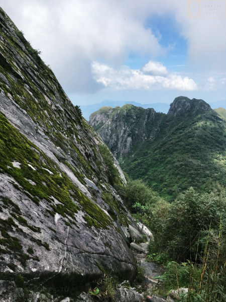 Con đường sát mép vực lên đỉnh Bạch Mộc Lương tử