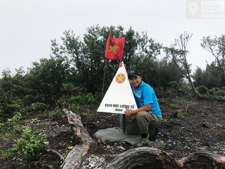 Cột mốc trên đỉnh Bạch Mộc Lương Tử