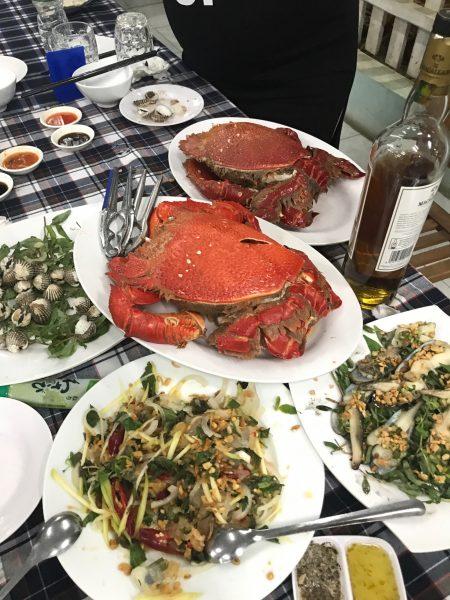 Hải sản tươi sống ở nhà hàng Hoàng Thao, Nhơn Lý.
