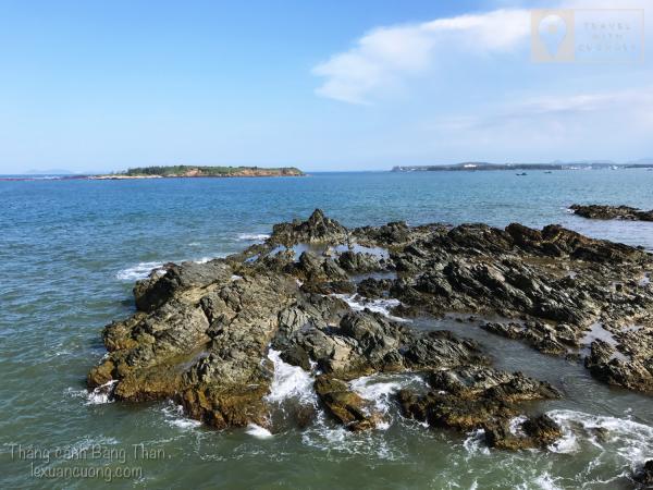 Hai hòn đảo phía xa là điểm cắm trại của nhiều bạn trẻ.