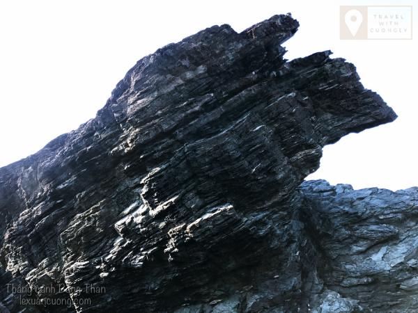 Điểm đặc sắc và kỳ lạ nhất của Bàng Than này có lẽ là những ghềnh đá có cấu tạo và hình thù lạ mắt.