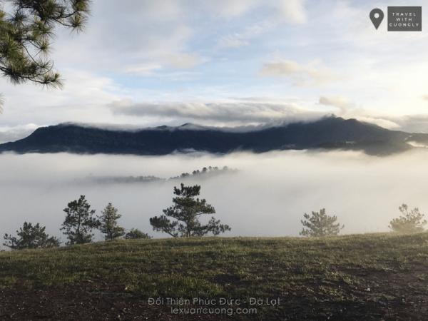 Dãy Langbiang nằm khuất sau làn mây... Trời bắt đầu có nắng, và biển mây trên đồi Thiên Phúc Đức cũng đã rõ hơn.