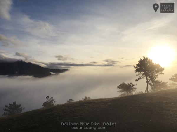 Mặt trời càng lên cao, những đám sương mù dần tan bỏ lại mây trắng xoá dưới thung lũng.