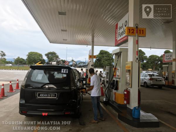 Đổ xăng tự động tại cây xăng Malaysia