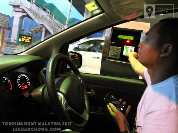 Cà thẻ tự động qua trạm thu phí ở Malaysia