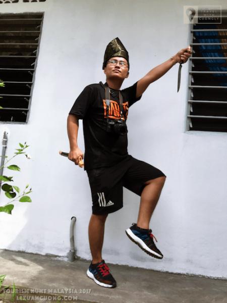 Thử cầm dao, đội mũ truyền thống của người Malaysia