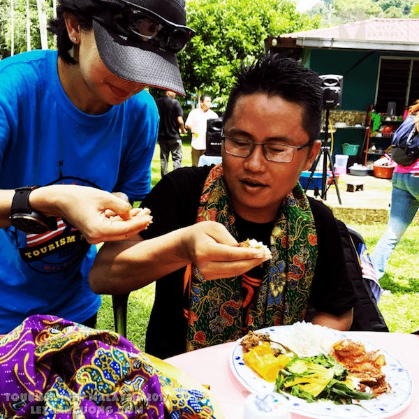 Tập ăn theo phong cách Kampung của người Malaysia