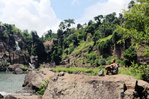 Khách du lịch nước ngoài tham quan thác Pongour