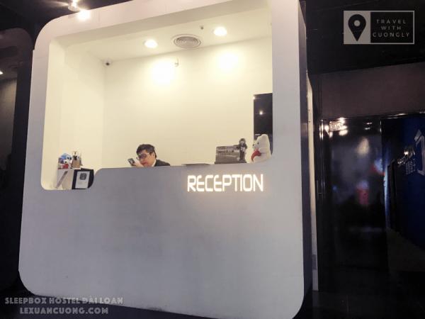 Bàn lễ tân của SleepBox Hotel Taipei