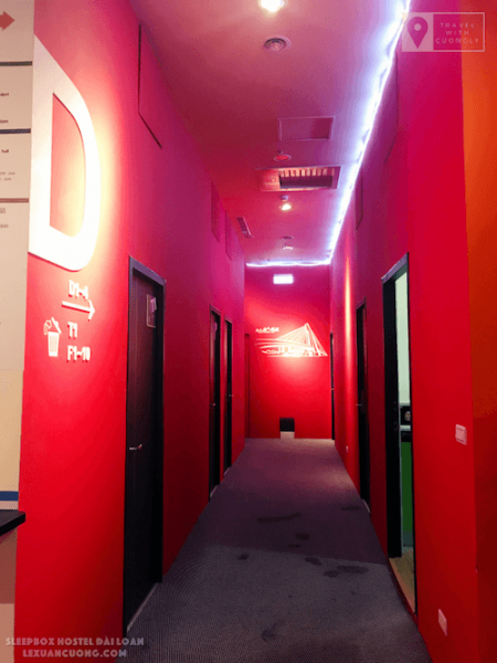 Dãy hành lang màu cam của SleepBox Hotel Taipei