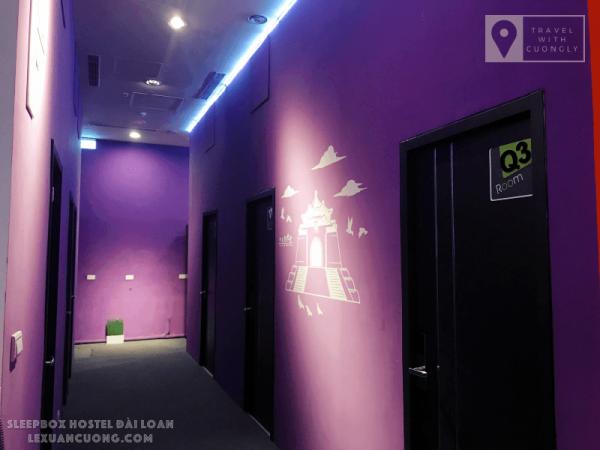 Dãy hành lang màu tím của SleepBox Hotel Taipei