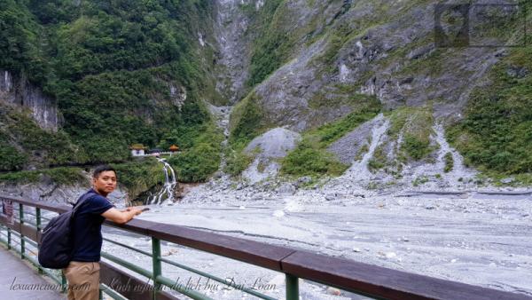 Thác nước siêu đẹp chạy qua ngôi chùa ở Hualien, Đài Loan.