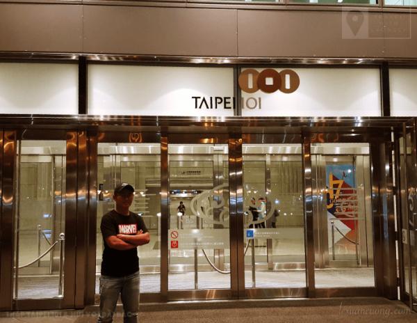 Cửa vào toà tháp Taipei 101.