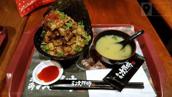 Bữa trưa ở footcourt trung tâm thương mại Taipei 101, có giá khoảng 200k VND.