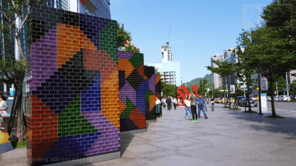 Bức tường đầy màu sắc ở trước tháp Taipei 101