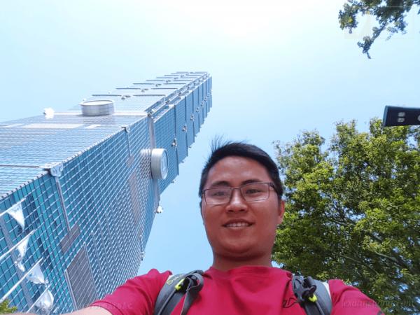 Tháp Taipei 101 nhìn từ chân tháp.