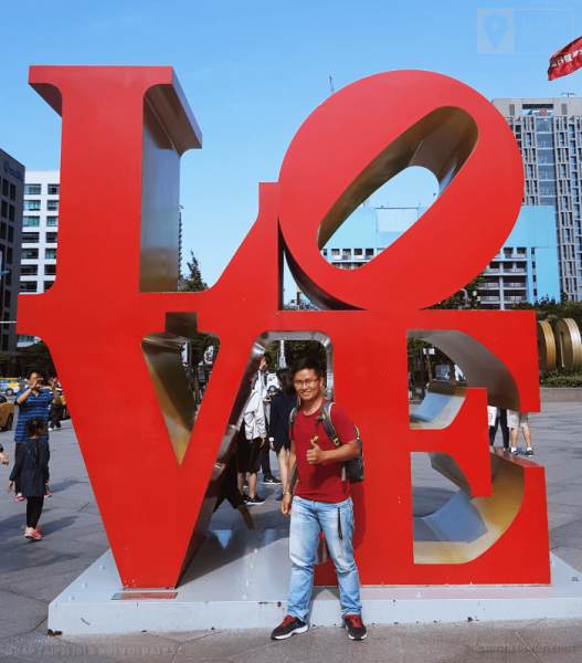 Chữ LOVE, trước toà tháp Taipei 101 ở Đài Bắc.