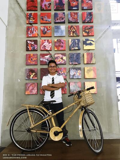 Xe đạp tre từ Việt Nam sản xuất cũng xuất hiện ở đây.