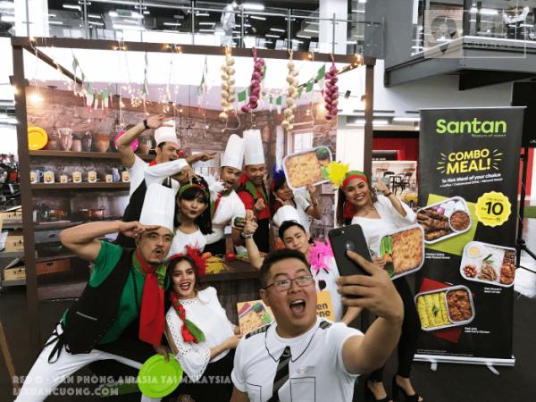 Các vũ công giới thiệu Món ăn mới được đưa vào menu của AirAsia: Chicken Lasagne