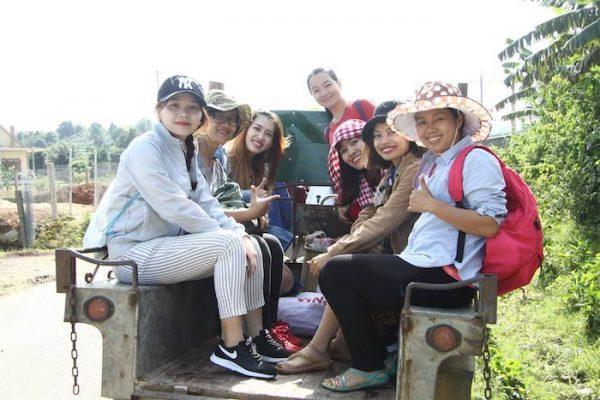 Di chuyển bằng máy cày để đi Trekking ở Sàn homestay - Ảnh: chị Lê Na