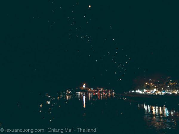Khách du lịch thả đèn trời ở cầu đi bộ ngang sông Ping, Chiang Mai.