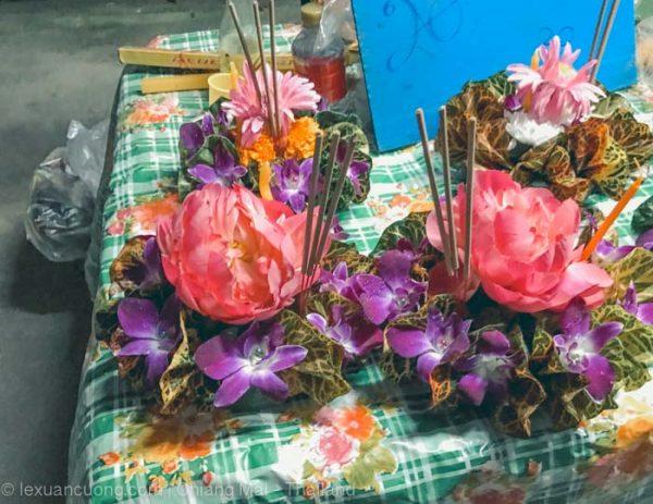 Đèn hoa đăng được trang trí nhiều màu sắc.