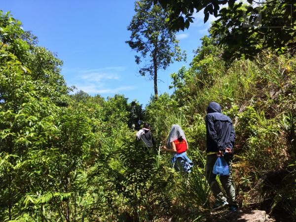 Đường trekking lên đỉnh núi A Pa Chải khá dốc và đuối sức.