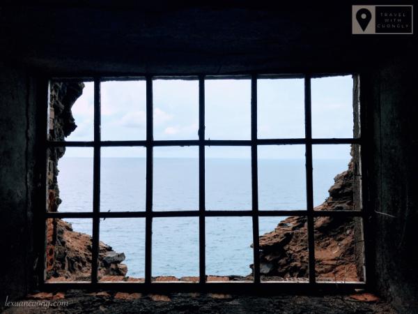 Góc nhìn từ cửa thông gió, đường hầm trên Hòn Hải.