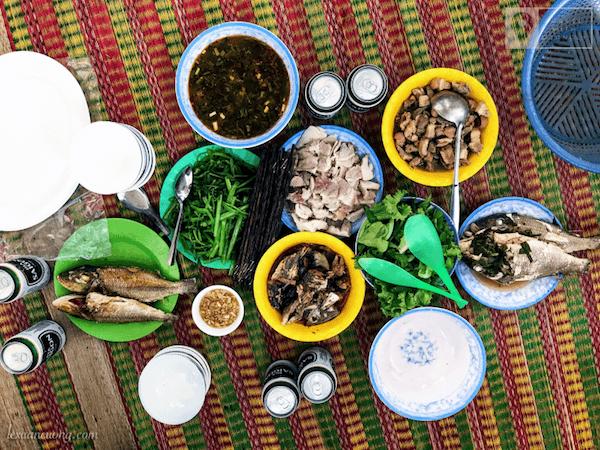 Bữa trưa giao lưu cùng các cán bộ trên đảo Hòn Hải.